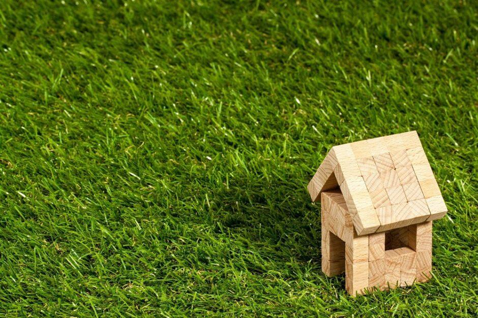 芝生の上の住宅